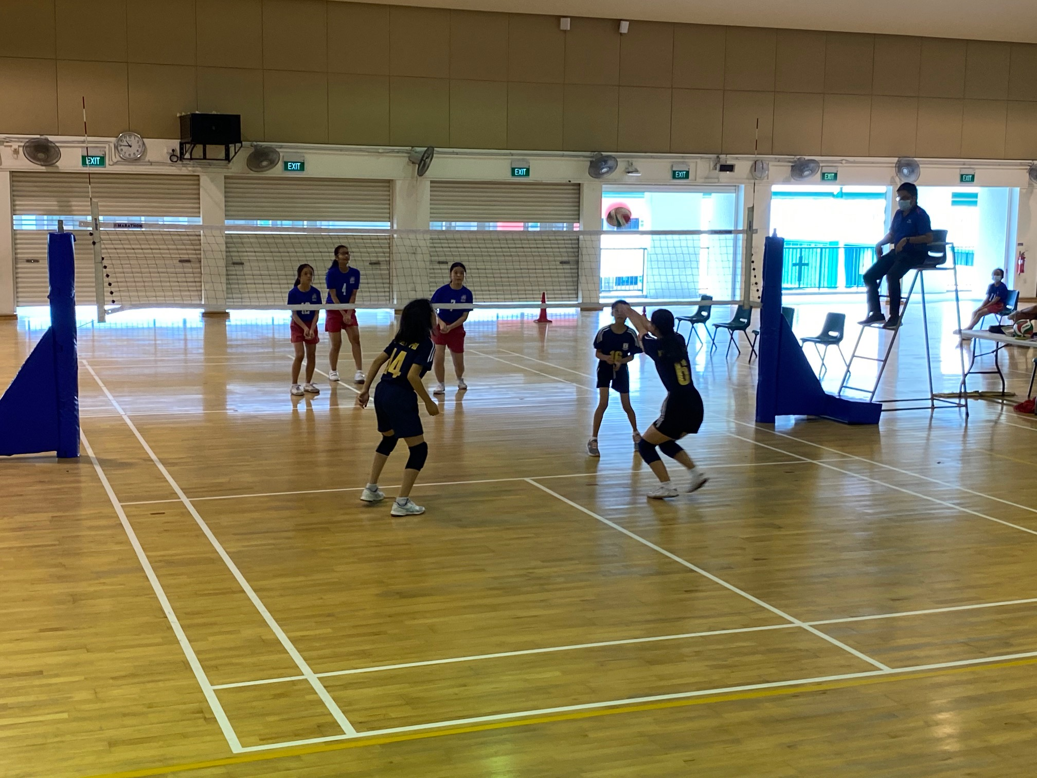 Yuhua Primary (blue) vs Xinmin Primary (black) at the National School Games Senior Division girls volleyball preliminary stage (2)