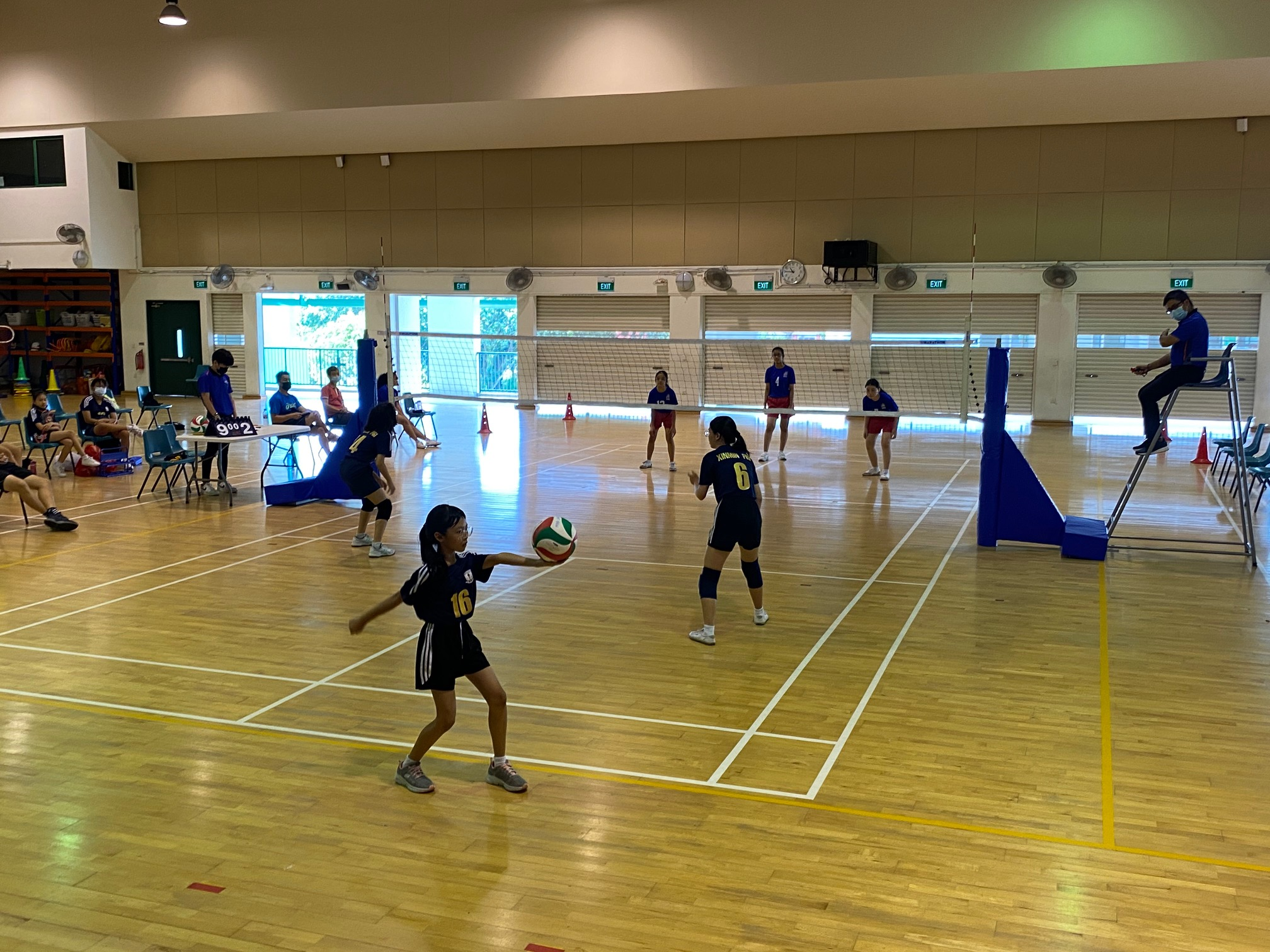 Yuhua Primary (blue) vs Xinmin Primary (black) at the National School Games Senior Division girls volleyball preliminary stage