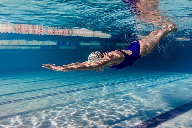 underwater-picture-of-female-swimmer-in-swimming-s-WNNYHEP